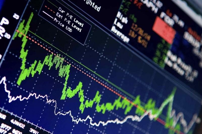 Fluktuasi harga saham menjadi salah satu faktor penentu bagi investor. Trader lebih memilih saham gorengan yang fluktuatif untuk meraup keuntungan dalam jangka waktu singkat, sedangkan investor jangka panjang lebih memilih saham blue chip yang cenderung stabil.