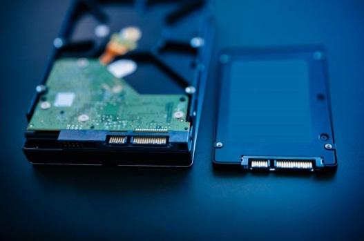 Berbicara mengenai SSD vs HDD, serta kelebihan dan kekurangan SSD tentu ada banyak hal yang bisa diadu antara keduanya. Simak ulasannya di sini.