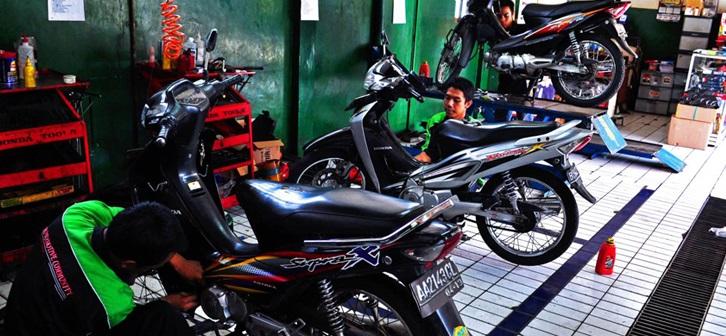 Populasi kendaraan bermotor roda dua membanjiri kota-kota di Indonesia. Tertarik membuka bengkel motor? Bagaimana caranya? Simak uraian di bawah ini.