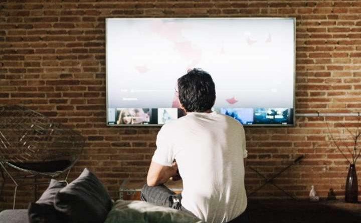 Sinyal TV analog atau sinyal radio sudah digunakan cukup lama dan memang efektif menyalurkan siaran secara cepat. Namun, selain mudah terganggu oleh cuaca, sinyal analog juga memberikan tampilan yang tidak sebaik sinyal TV digital