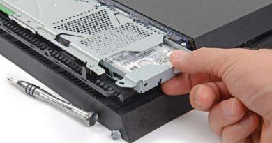 Memasang atau menambah (upgrade) perangkat penyimpanan (harddisk) dapat dilakukan pada PS 4