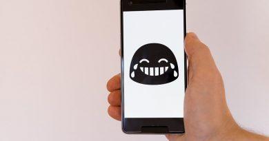 Selain menyimpan sticker WhatsApp orang lain, kita juga bisa membuat sendiri sticker WhatsApp lho