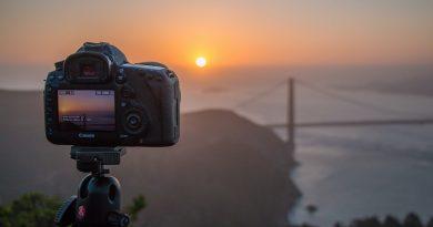 Meskipun kamera-kamera built-in pada smartphone sudah semakin baik, DSLR bagi fotografer masih tetap diperlukan mengingat kemampuan DSLR yang memiliki sangat banyak pengaturan manual